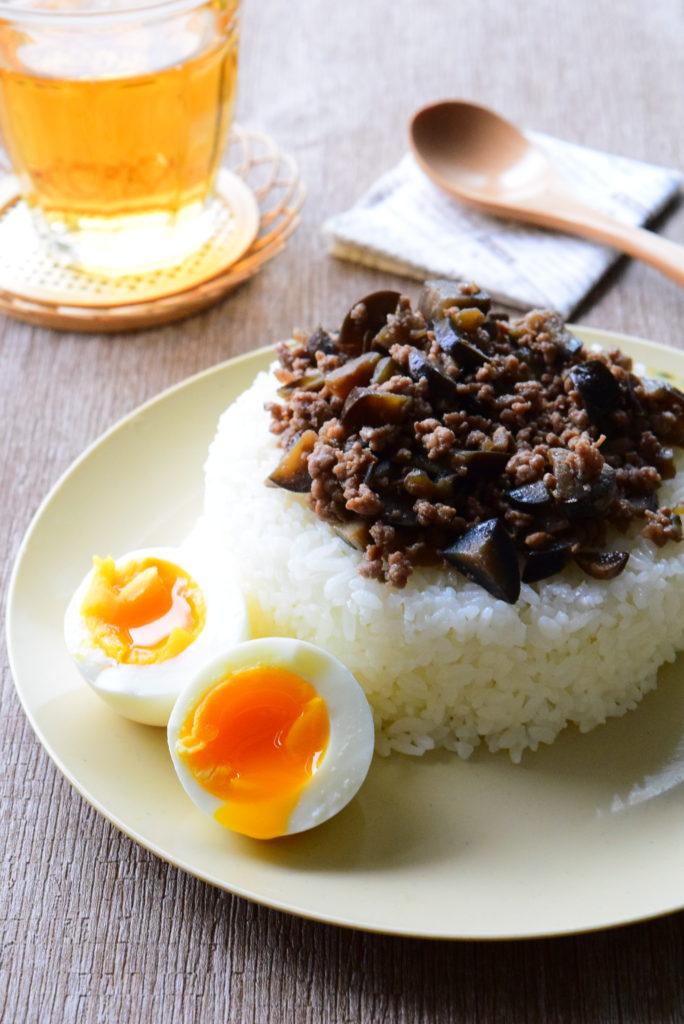なすと肉そぼろの黄身とろっとろ!ゆで卵添えのレシピ