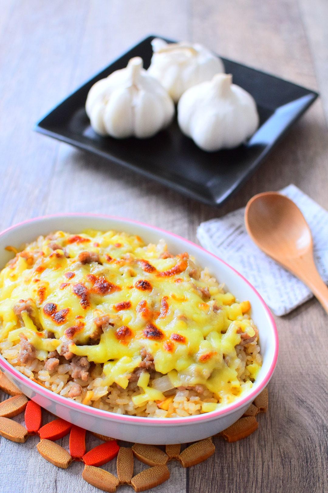 がっつり飯!ガーリックライスの肉味噌チーズ焼きのレシピ