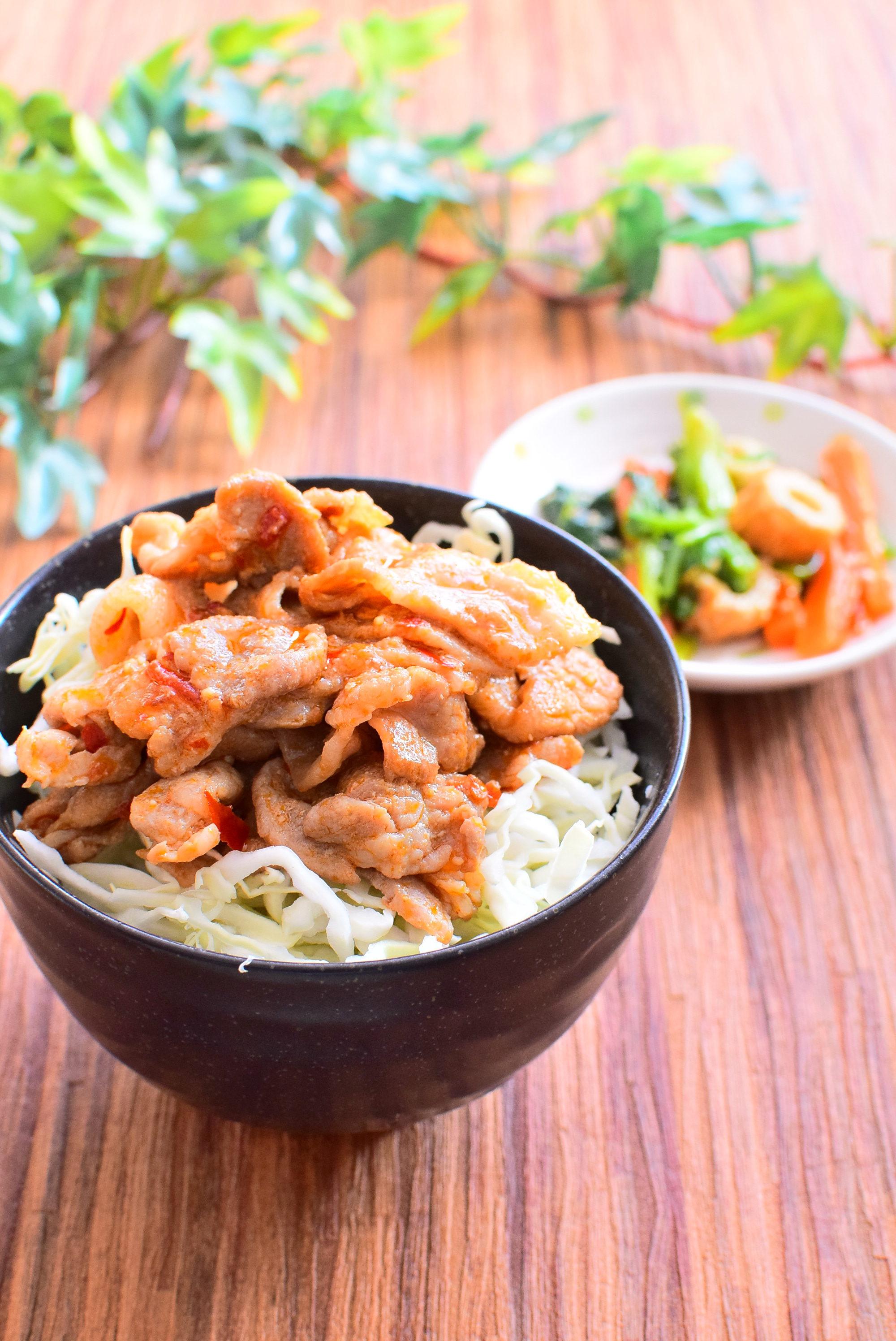 にんにく入り!ピリ辛、豚バラきゃべつ丼のレシピ