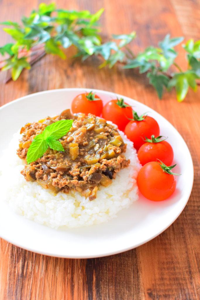ナスのキーマカレー、ミニトマト添えのレシピ