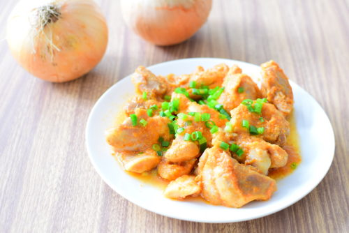 玉ねぎ丸ごと1個使う!鶏もも肉の玉ねぎダレ漬けのレシピの写真