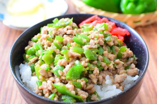 ひき肉とピーマンのオイスターソース炒め丼のレシピの写真