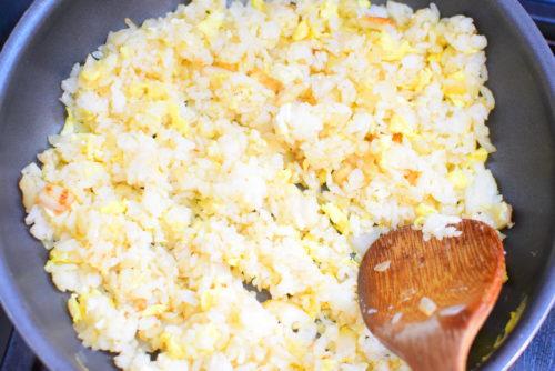 マヨネーズで炒めるカレーチャーハンのレシピの写真