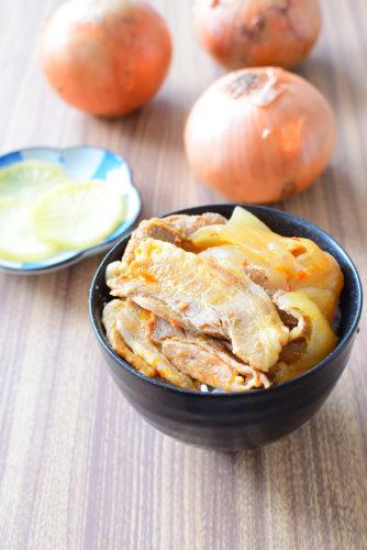 圧力鍋でとろとろ!ピリ辛、豚バラ玉ねぎ丼のレシピの写真