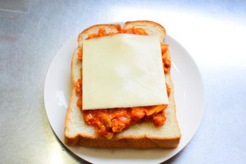 きゃべつたっぷり!ミートソースのせチーズトーストのレシピの写真