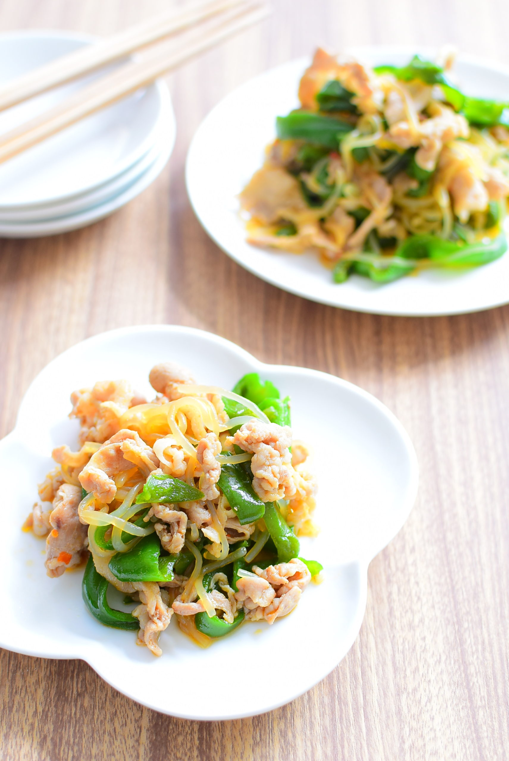 ピリ辛でご飯が進む!豚バラとしんなりピーマンのしらたき炒めのレシピの写真