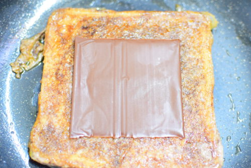 スライス生チョコレートのせココアフレンチトーストのレシピの写真