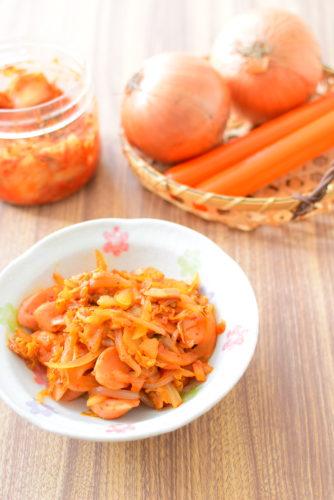 魚肉ソーセージと玉ねぎのキムチ炒めのレシピの写真