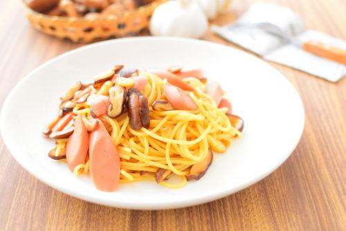 魚肉ソーセージとしいたけのガーリックオイスターソースパスタのレシピの写真
