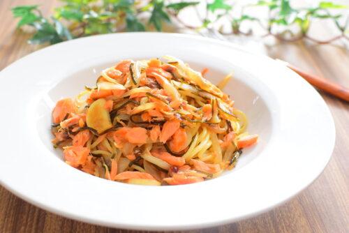 鮭でボリュームアップ!塩昆布オニオンパスタのレシピの写真