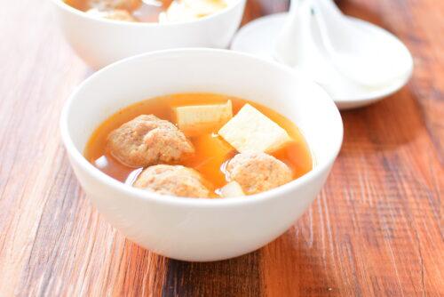 肉団子でボリューミー!かつお顆粒だし入りピリ辛スープのレシピの写真