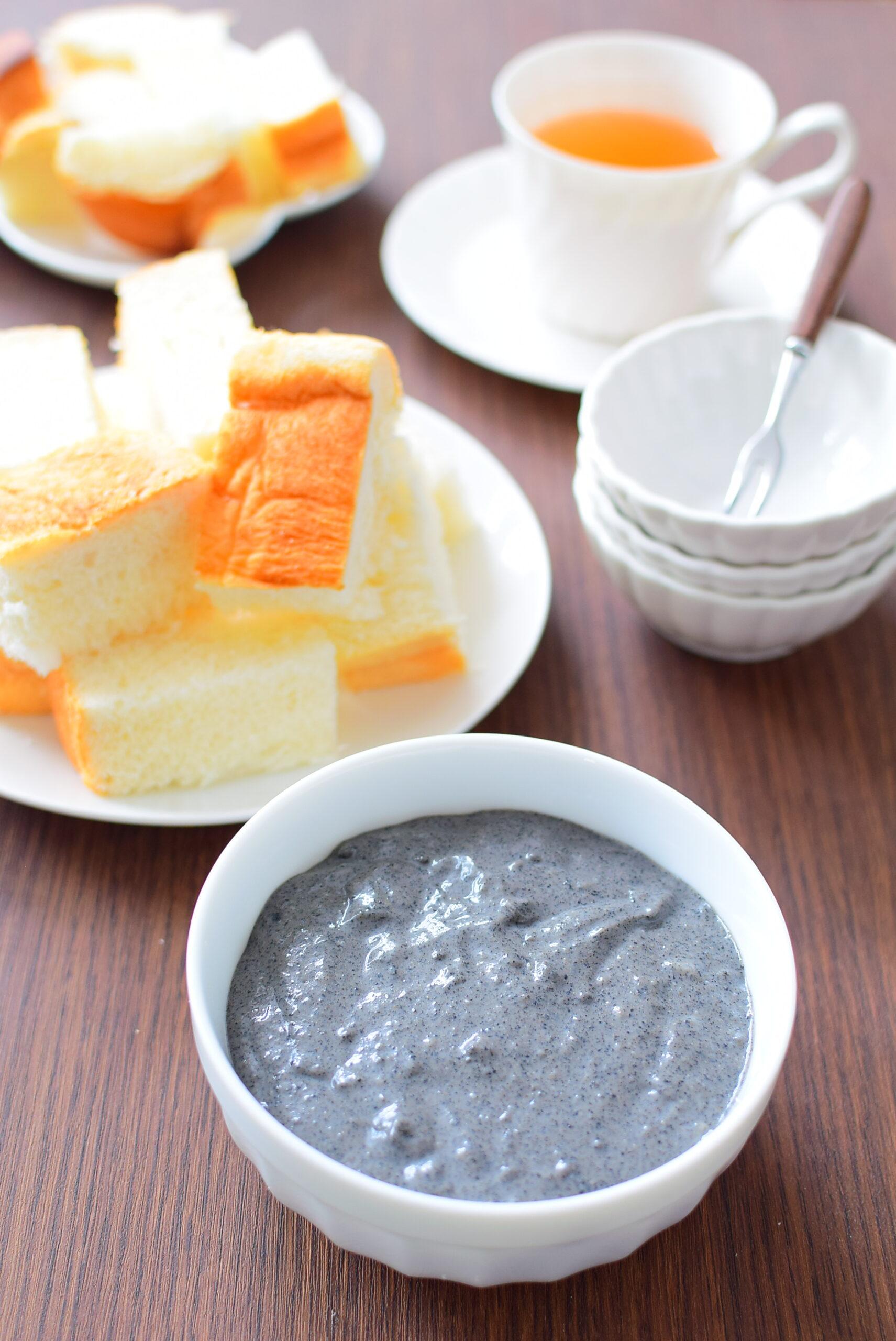 食パンアイスなどに合う。豆乳入り黒ごまクリームのレシピの写真