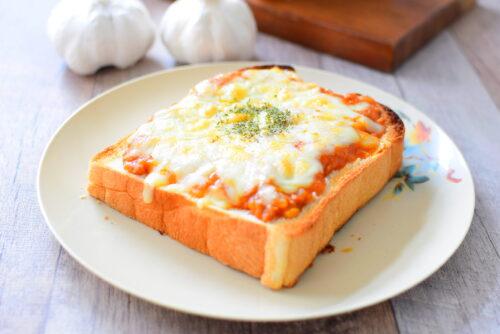 チーズのせガーリックミートソーストーストのレシピの写真