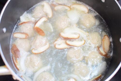 肉団子たっぷり!黒こしょうコンソメスープのレシピの写真