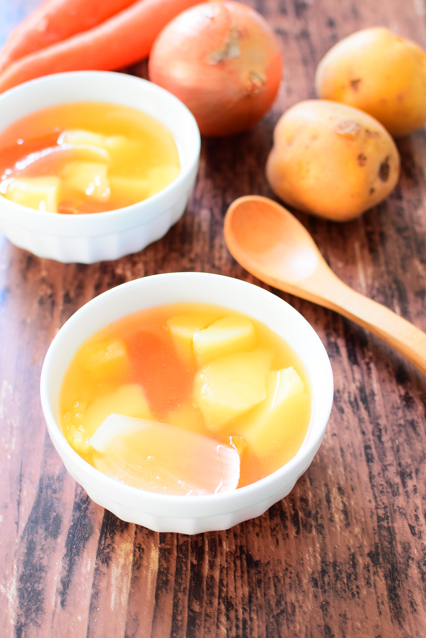 シンプルなゴロゴロ野菜のコンソメスープの写真