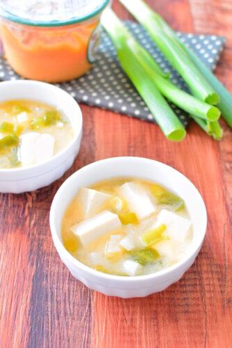 具は長ねぎと豆腐!簡単かつおだし味噌汁のレシピの写真